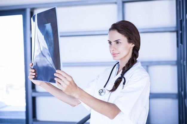 Doctora examinando hacha informe en el hospital