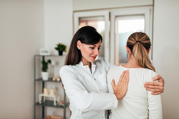 Doctora examinando a una paciente.