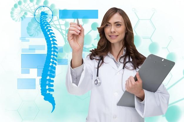 Doctora feliz usando una aplicacion médica