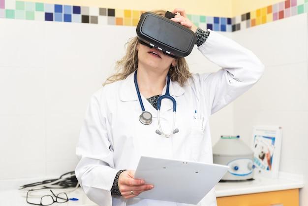 Doctora con gafas de realidad virtual. concepto de tecnología médica.