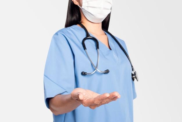 Doctora con un gesto de la mano que presenta