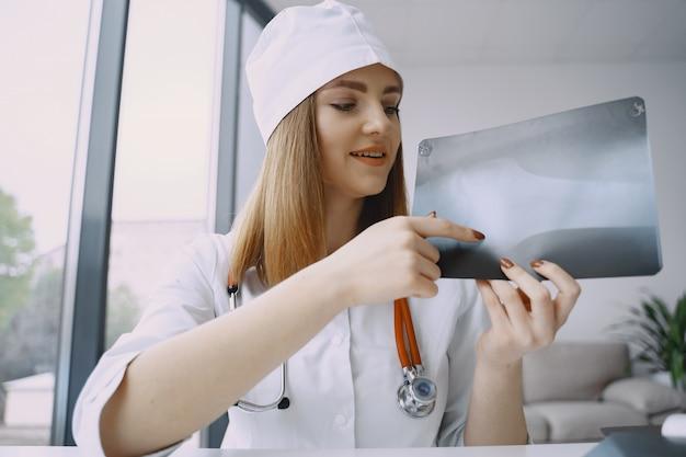 Doctora grabando video vlog sobre medicin
