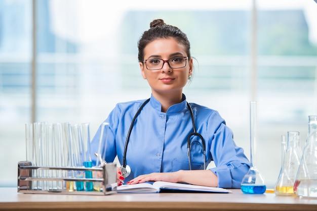 Doctora haciendo pruebas químicas en laboratorio.
