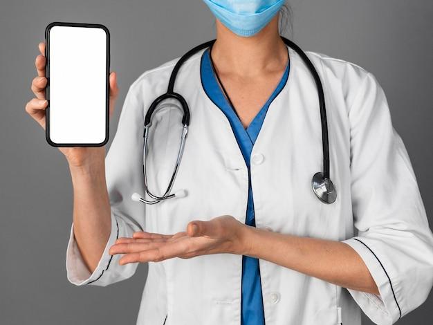 Doctora en el hospital con máscara