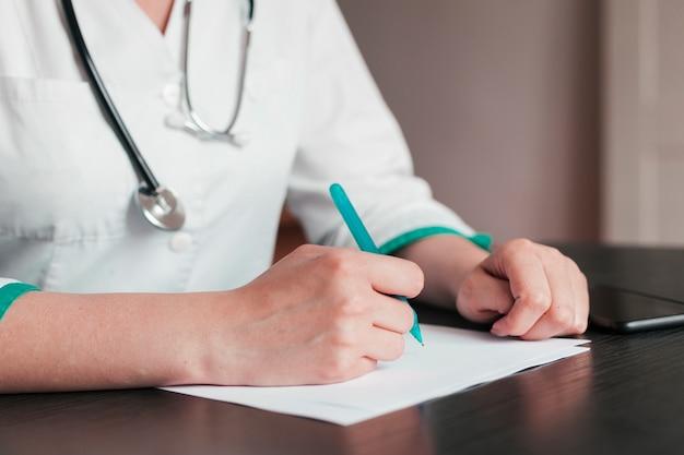 Doctora con informe médico
