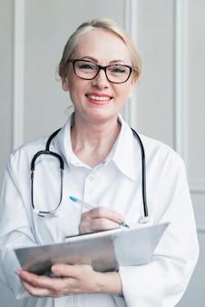 Doctora con un informe médico
