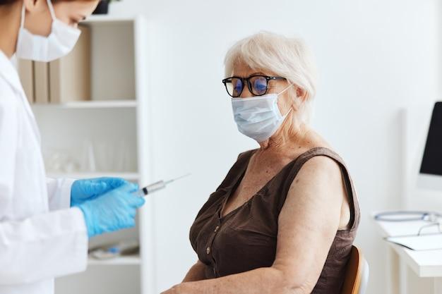 Doctora jeringa inyección vacuna pasaporte inmunidad protección. foto de alta calidad