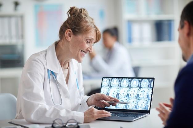 Doctora madura hablando con el paciente