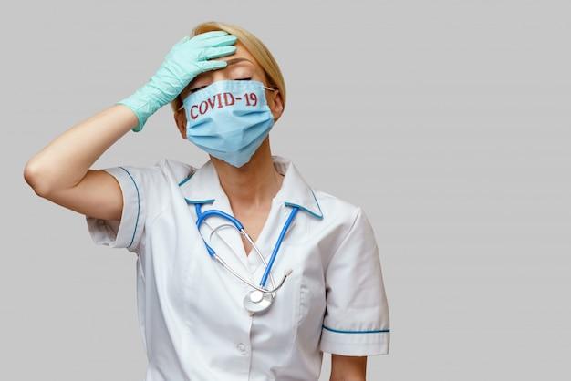 Doctora con máscara protectora y guantes de goma o látex dolor de cabeza y estrés