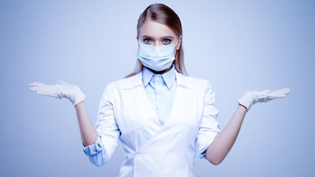 Doctora en máscara protectora médica y guantes de látex de nitrilo