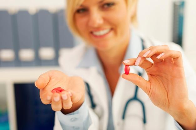 Doctora en medicina dando pastillas