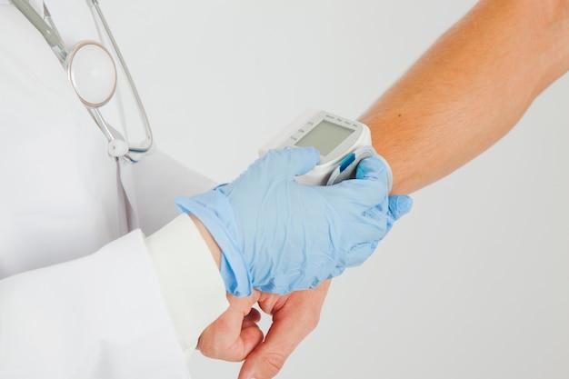 Doctora mide presión de sangre en brazo