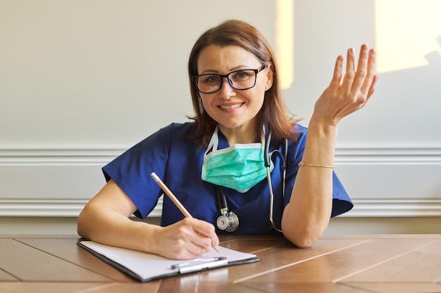 Doctora mirando webcam