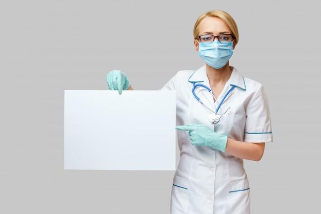 Doctora mostrando signo vacío en blanco