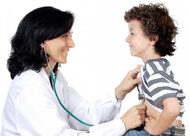 Doctora con un niño sobre fondo blanco.