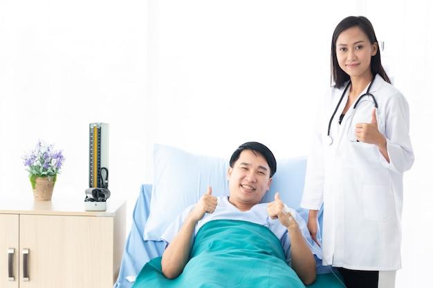 Doctora con paciente feliz en el hospital.