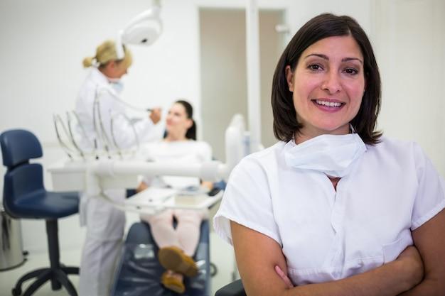 Doctora de pie con los brazos cruzados en la clínica