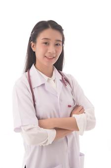 Doctora de pie con los brazos cruzados sosteniendo estetoscopio en wihte