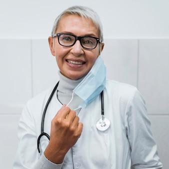 Doctora poniéndose una máscara médica