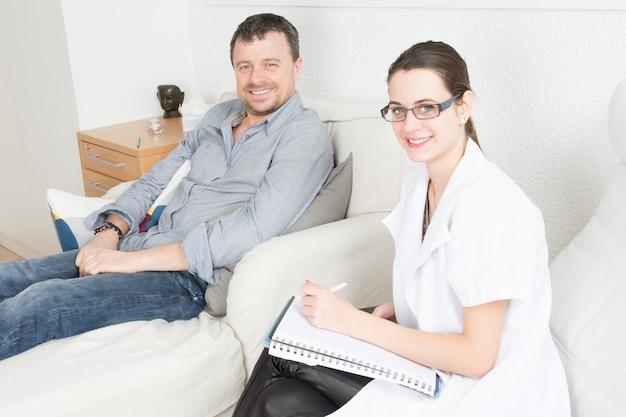 Doctora psicóloga en consultorio de psiquiatría con paciente hombre