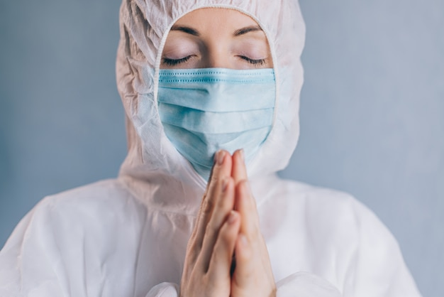 Una doctora está rezando. de cerca.