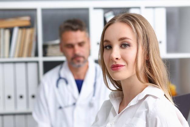 Doctora satisfecha con doctor hombre borrosa