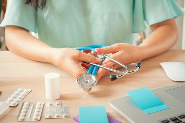 Doctora sentado en su oficina, concepto de salud y médico