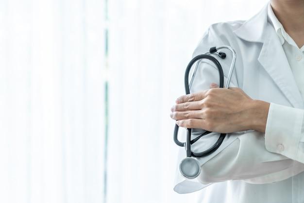 Doctora sosteniendo estetoscopio
