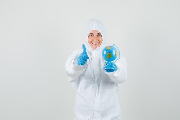 Doctora sosteniendo globo del mundo