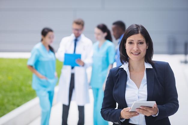 Doctora sosteniendo tableta digital