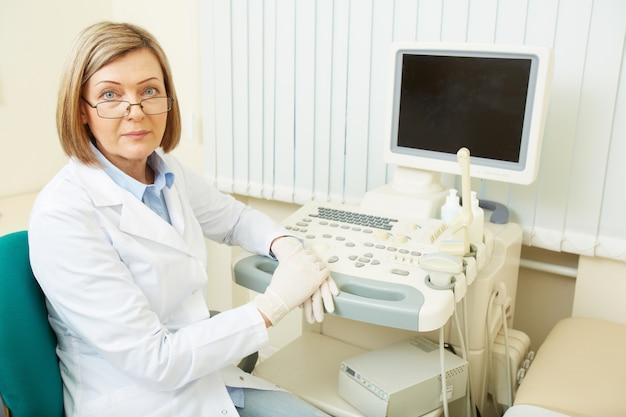 Doctora con su equipo de ultrasonido