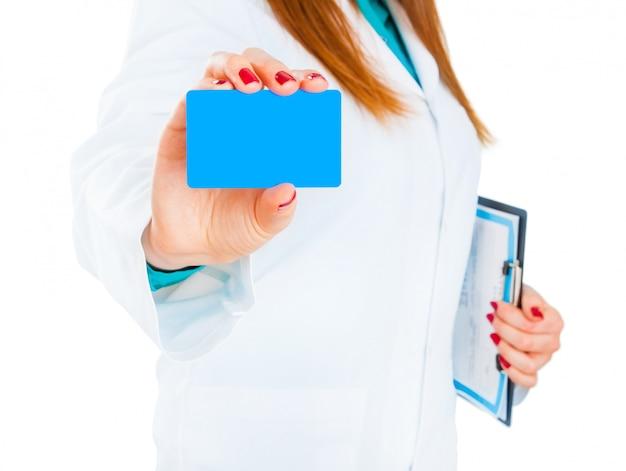 Doctora con tarjeta da al paciente