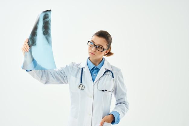 Doctora con trabajo hospitalario de salud de rayos x
