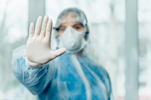 Doctora en traje de protección contra la enfermedad