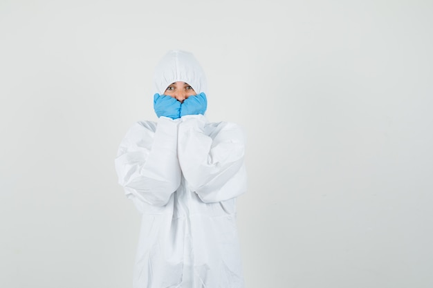 Doctora en traje de protección