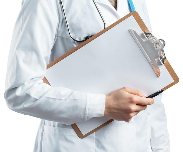Doctora en uniforme con portapapeles