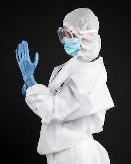 Doctora vistiendo equipos médicos pandémicos