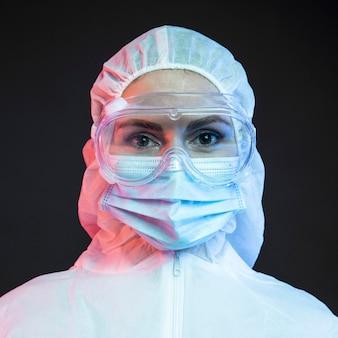 Doctora vistiendo ropa médica protectora