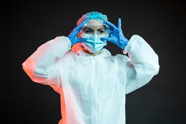 Doctora vistiendo ropa médica