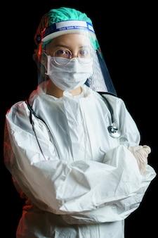Doctora vistiendo traje protector para el virus corona