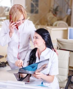 Doctoras mirando una radiografía de tomografía