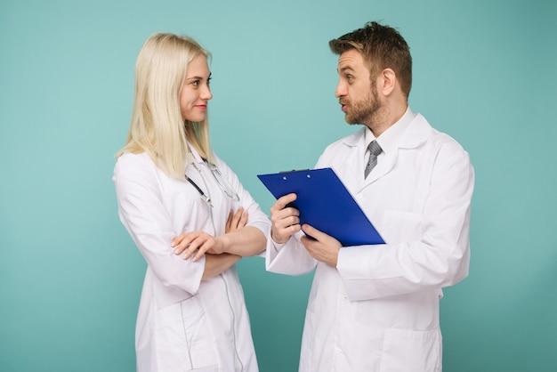 Doctores amables hombres y mujeres. feliz equipo médico de médicos. - imagen