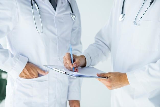 Doctores de cultivos escribiendo recetas