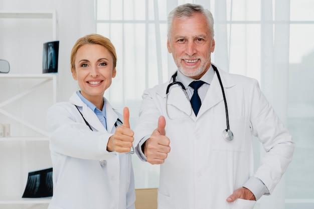 Doctores dando pulgares arriba