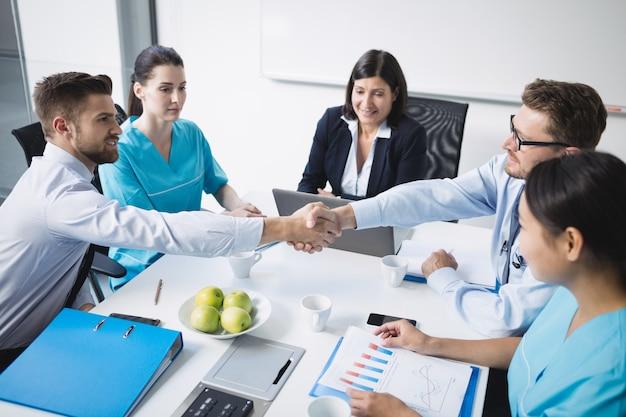 Doctores dándose la mano unos a otros