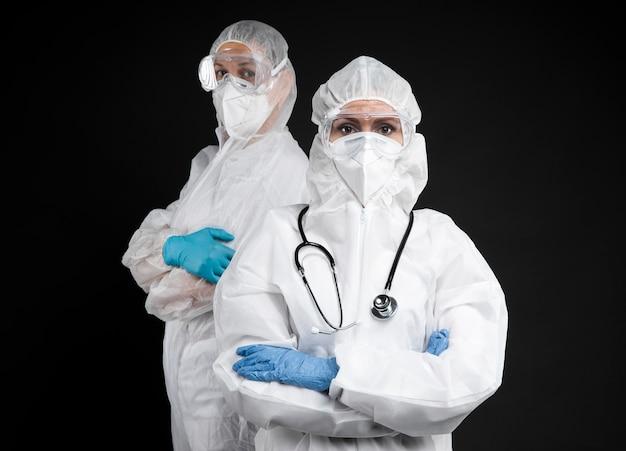 Doctores con equipo médico especial.