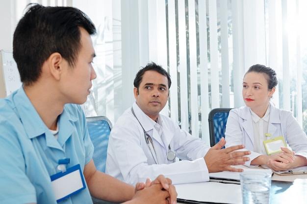 Doctores escuchando al cirujano