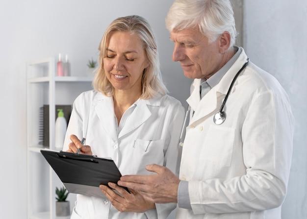 Doctores hablando y comprobando notas