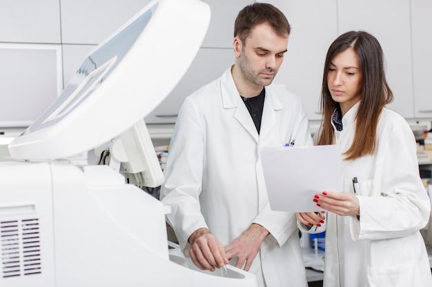 Doctores en el moderno laboratorio médico.