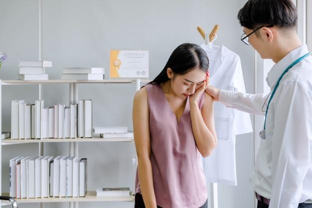Doctores y pacientes femeninos